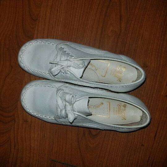 white leather shoes size 6w